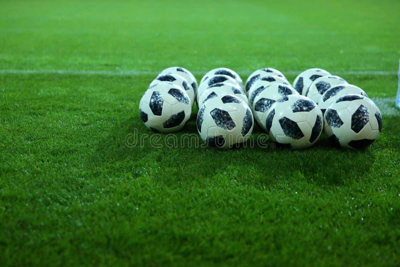 Den oskiljaktiga beståndsdelen på fotbollfältet är, naturligtvis, bollen arkivbild