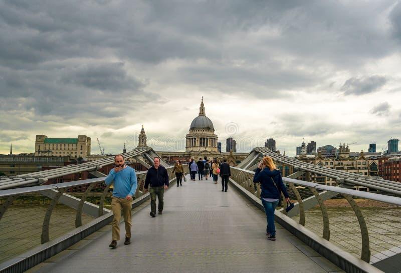 Den ostadiga bron för millenium aka i London royaltyfri fotografi