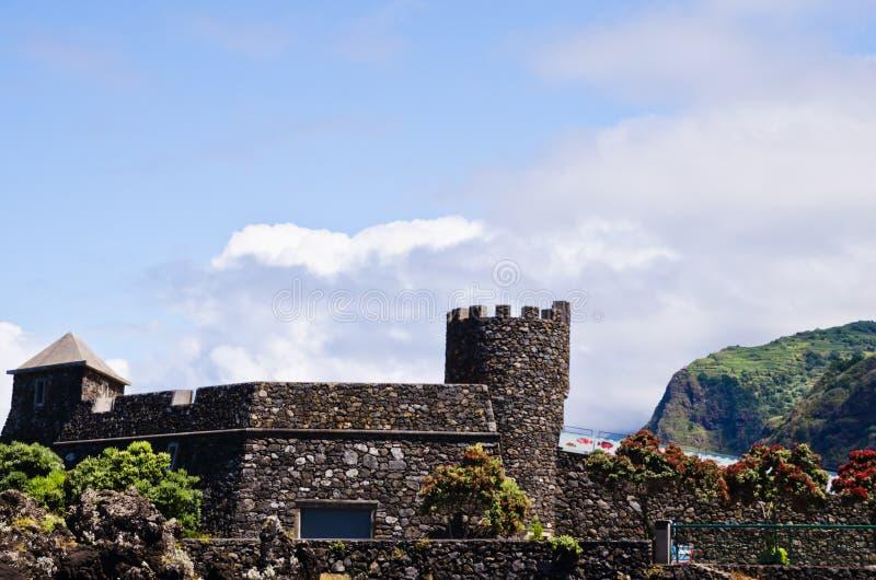 Den ovanliga härliga sikten över basaltet vaggar och berg av Porto Moniz, madeiran, Portugal, Europa arkivbild