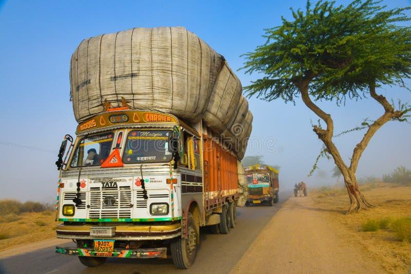 Overloaded åker lastbil i misten arkivfoton