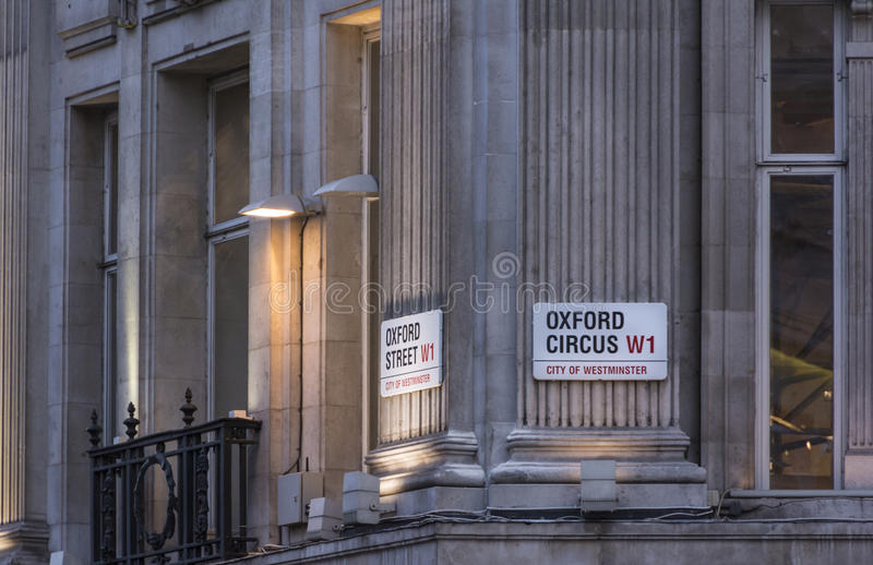 Den Oxford gatan och den Oxford cirkusen undertecknar in London, UK royaltyfri foto