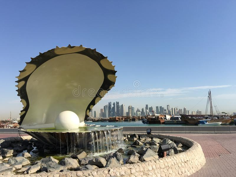 Den pärlemorfärg monumentet och springbrunnen royaltyfria foton