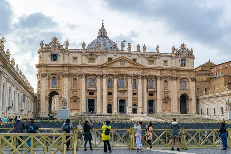 Den påvliga basilikan av basilikan för St Peter St Peters i Vatican City, Rome, Italien royaltyfri foto