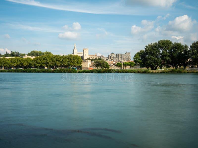 Den påvliga slotten är touristic dragning som två byggs i den medeltida tiden, i Avignon, sydliga Frankrike Rhonet River korsar royaltyfri bild
