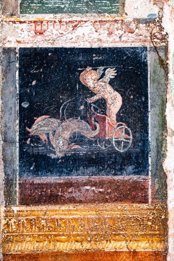 Den p?skyndade amorinoen leder endragen triumfvagn i Pompeii arkivbild