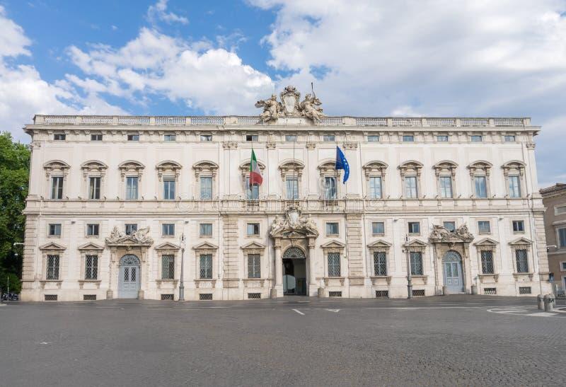Den Palazzo dellaen Consulta i mitten av Rome arkivbild