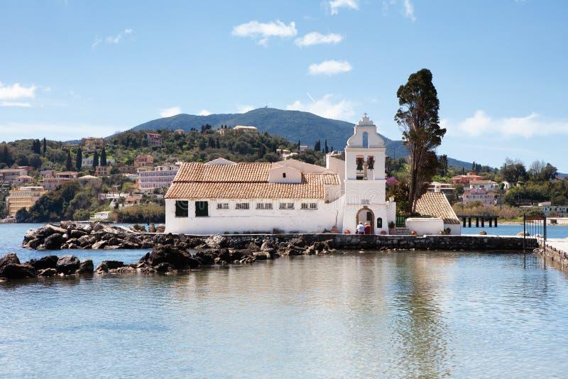 Den Panagia Vlacherna kloster av Panayia från kusten i Cor royaltyfria foton