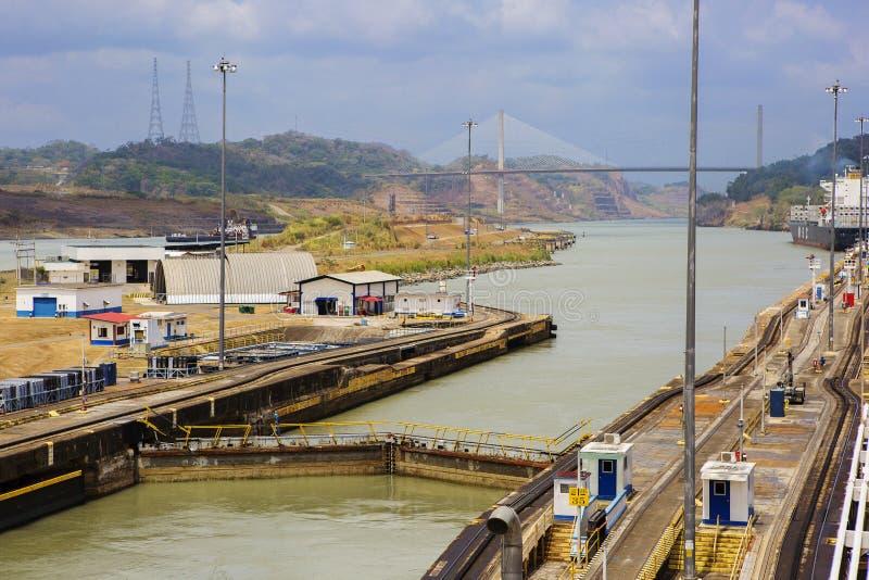 Den Panama kanalen, går ut det första låset Framåt av den hundraårs- bron arkivbild
