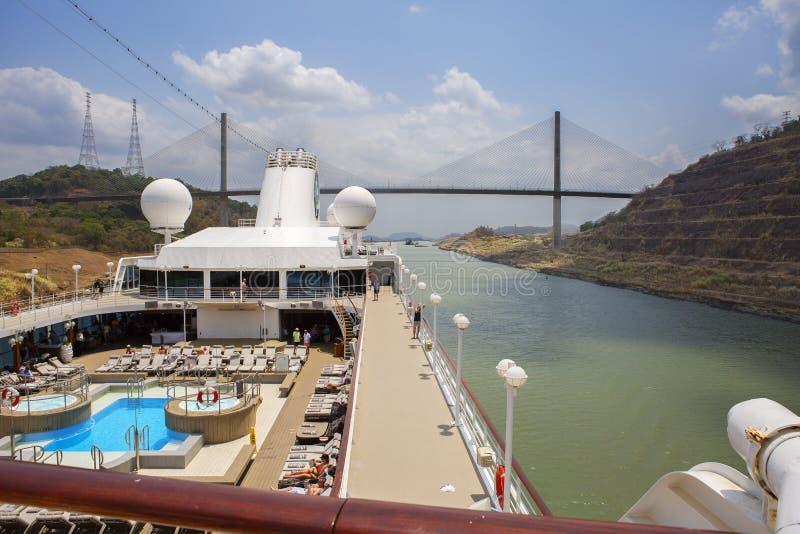 Den Panama kanalen, kryssningskepp går på den Panama kanalen Oss som är kvarlämnade den hundraårs- bron arkivfoton