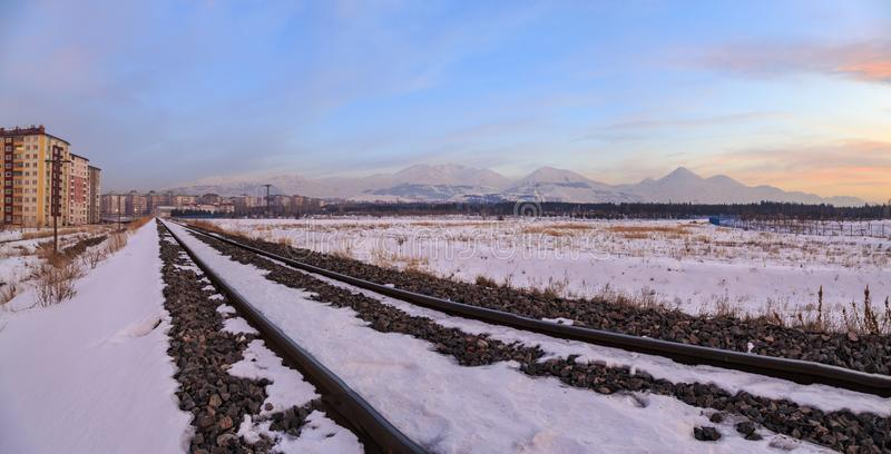 Den Panaromic bilden av järnvägar nära Erzurum med palandoken bergsikt royaltyfri fotografi