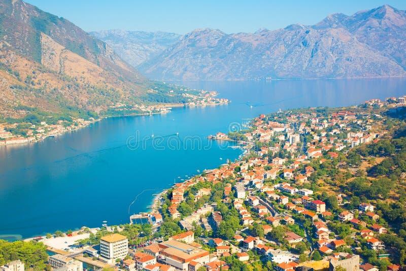 Den panorama- flyg- sikten av Kotor och Boka Kotorska skäller, Montenegro arkivfoton