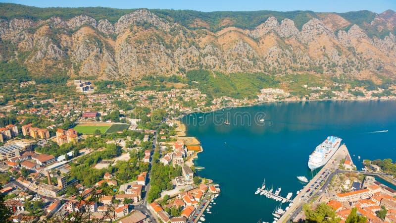 Den panorama- flyg- sikten av Kotor och Boka Kotorska skäller, Montenegro fotografering för bildbyråer