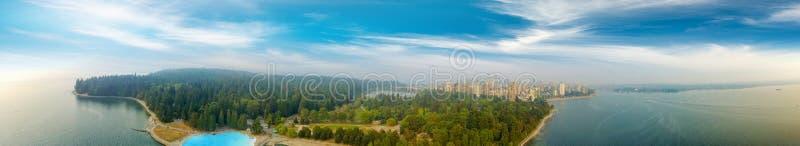 Den panorama- flyg- sikten av Stanley parkerar och Vancouver cityscape, B fotografering för bildbyråer