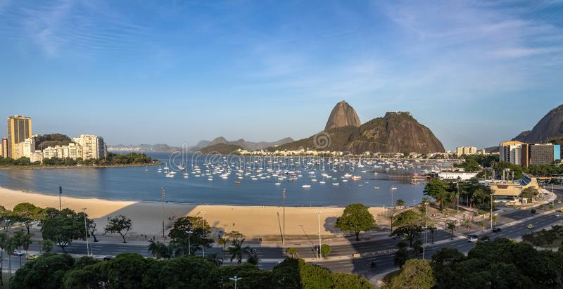 Den panorama- flyg- sikten av den Sugar Loaf och Botafogo stranden på Guanabara skäller - Rio de Janeiro, Brasilien arkivfoton