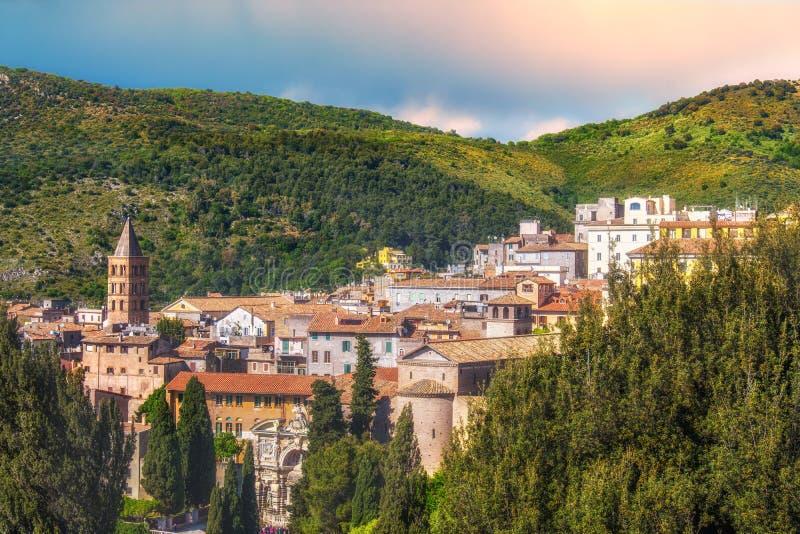Den panorama- italienska staden av Tivoli nära Rome i Lazio omgav vid en frodig skog arkivbild