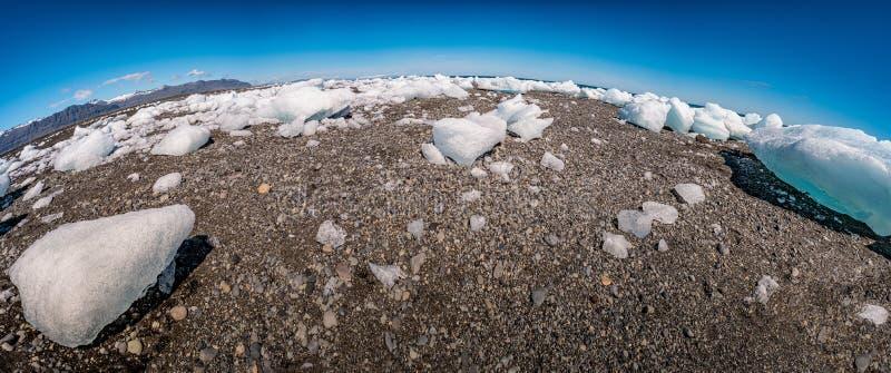 Den panorama- sikten för fiskögat av den oceaniska svarta sandstranden kallade den Diamant stranden med att sväva is från glaciär arkivfoto