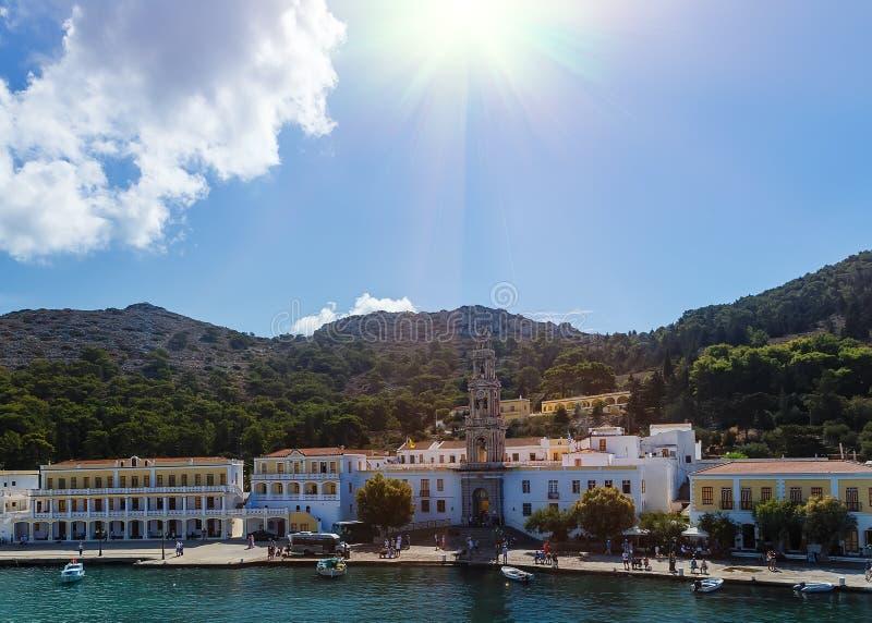 Den Panormitis kloster i den Symi ön, sol fördunklar royaltyfria foton