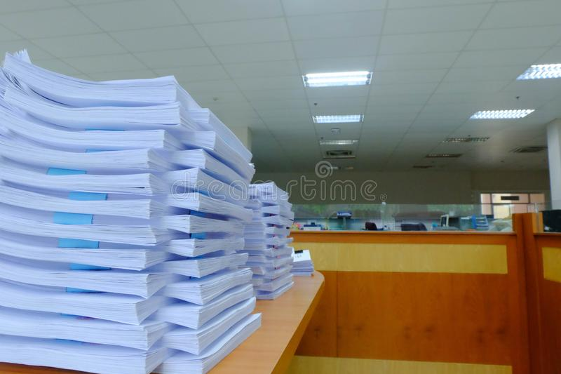 Den pappers- bunten av dokument på skrivbordet, utbytbara Documen royaltyfria foton