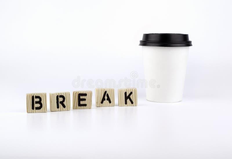 Den pappers- koppen kaffe på vit bakgrund och ordet bryter arkivbild