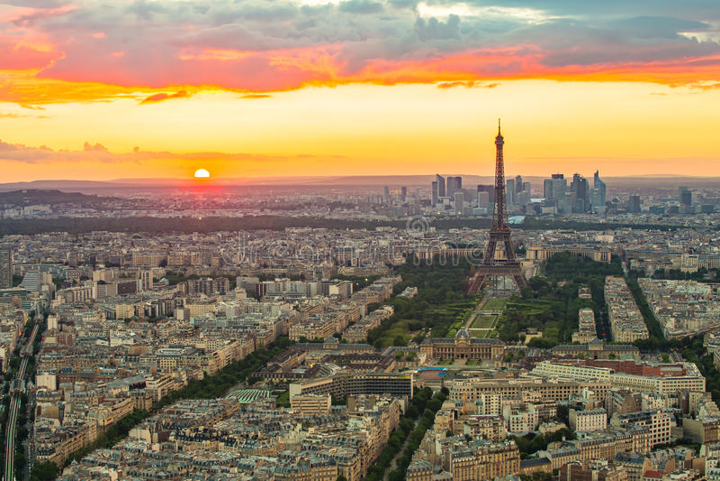 Den Paris cityscapen med Eiffeltorn på solnedgången royaltyfri bild