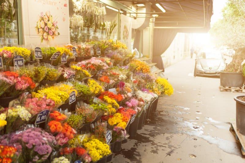 Den Paris Frankrike 02 Juni 2018 blommamarknaden där är många härligt, och billigt prisblommor på denna marknadsför royaltyfria foton