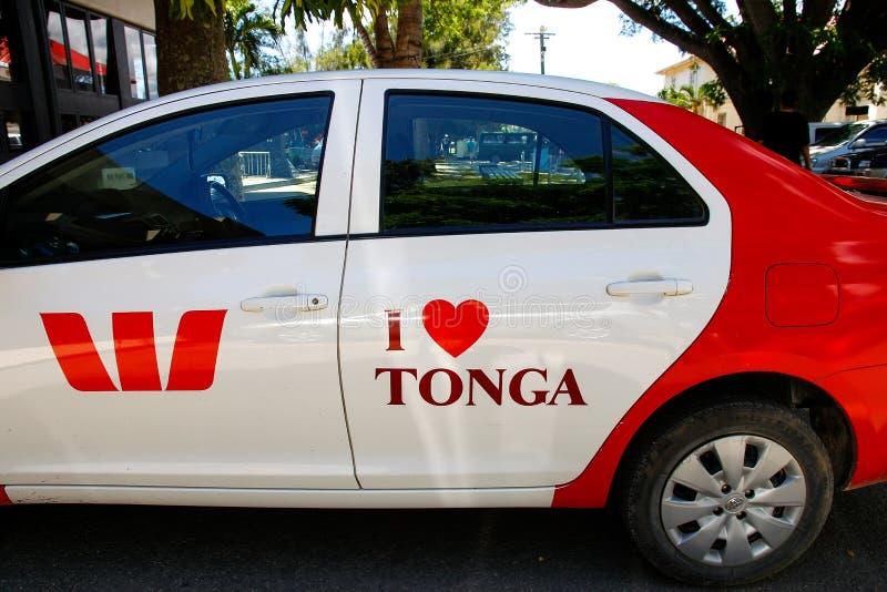 Den parkerade bilen med älskar jag Tonga som är skriftlig på en dörr, den Nuku `-alofaen, den Tongatapu ön, Tonga royaltyfri fotografi