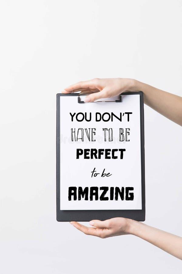 den partiska sikten av den hållande skrivplattan för kvinnan med dig måste inte vara perfekt att vara fantastisk inspiration royaltyfri foto