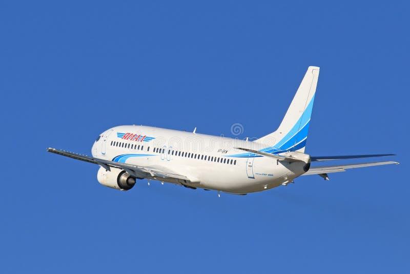 Den passagerareBoeing 737-400 nivån mot den blåa himlen royaltyfri fotografi