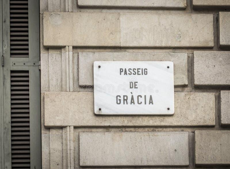 Den Passeig de Gracia gatan undertecknar in Barcelona, Spanien fotografering för bildbyråer