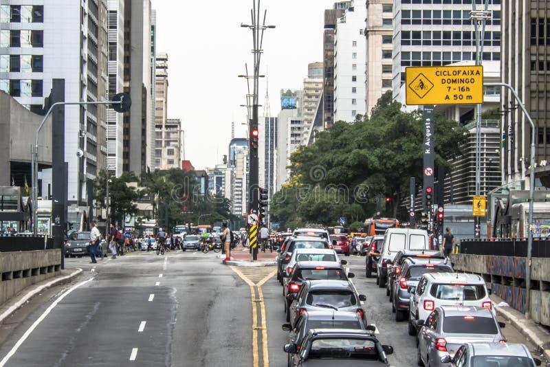 Den Paulista avenyn ?r en av de viktigaste allm?nna landsv?garna av staden av Sao Paulo, en av den huvudsakliga finansiella mitte royaltyfria bilder