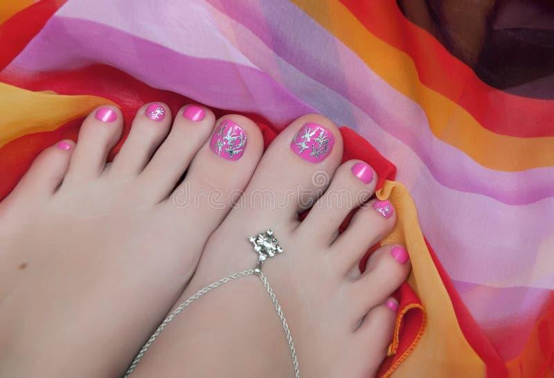 Den Pedicured foten med rosa färger spikar polermedel royaltyfri fotografi