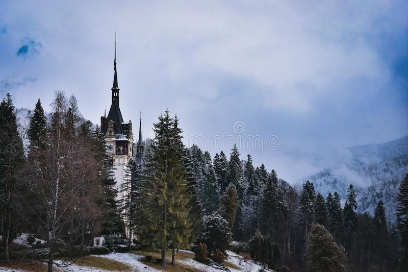 Den Peles slotten, Rumänien, i vinter Ett fantastiskt landskap som ska beskådas royaltyfria bilder