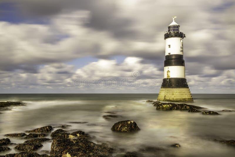Den Penmom fyren Anglesey kostar nordväst Wales royaltyfri bild