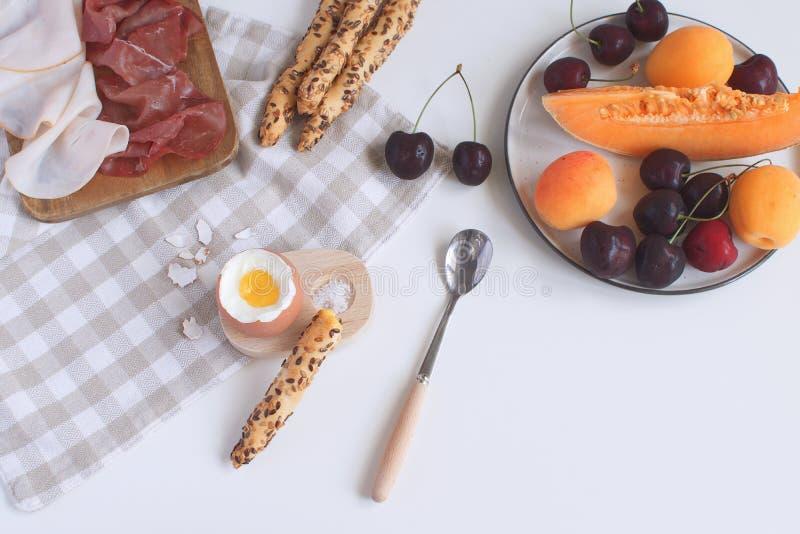 Den perfekt tjänade som frukosten kokade ägget i trääggkopp med bre arkivfoton
