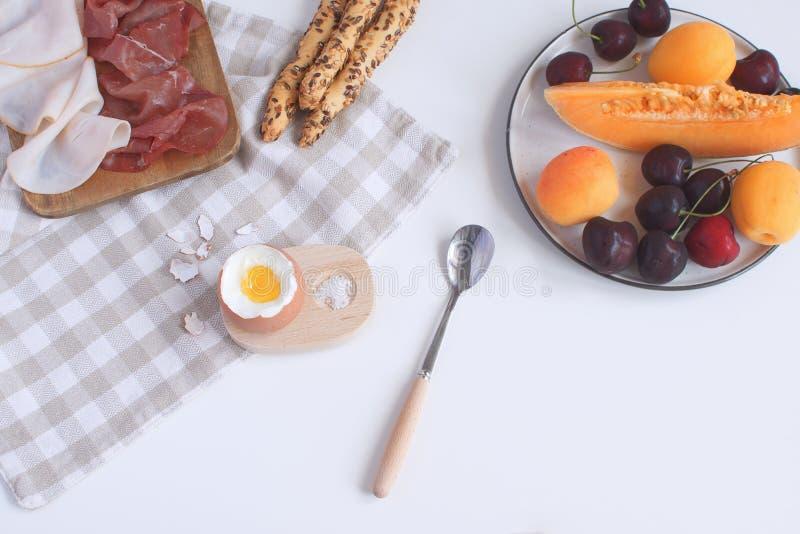 Den perfekt tjänade som frukosten kokade ägget i trääggkopp med bre royaltyfria bilder