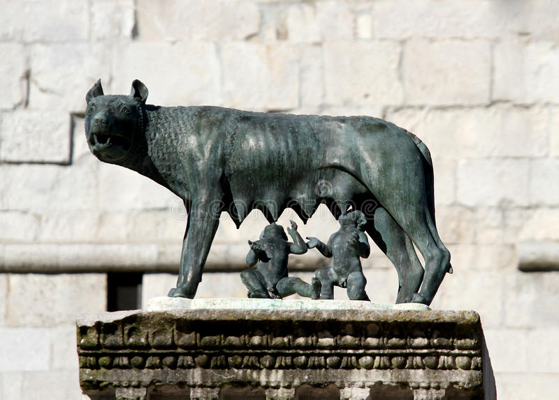 Den perfekta statyn av CAPITOLINE-VARGEN med kopplar samman Romulus och Rem arkivfoton