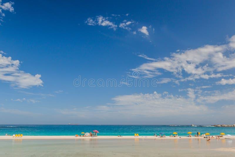Den perfekta stranddagen på läger skäller stranden, Sydafrika med Big Blue himmel arkivfoton