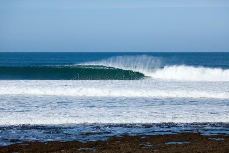 Den perfekta vågen som bryter på de iconic Klockorna, sätter på land Victoria Aus royaltyfri foto