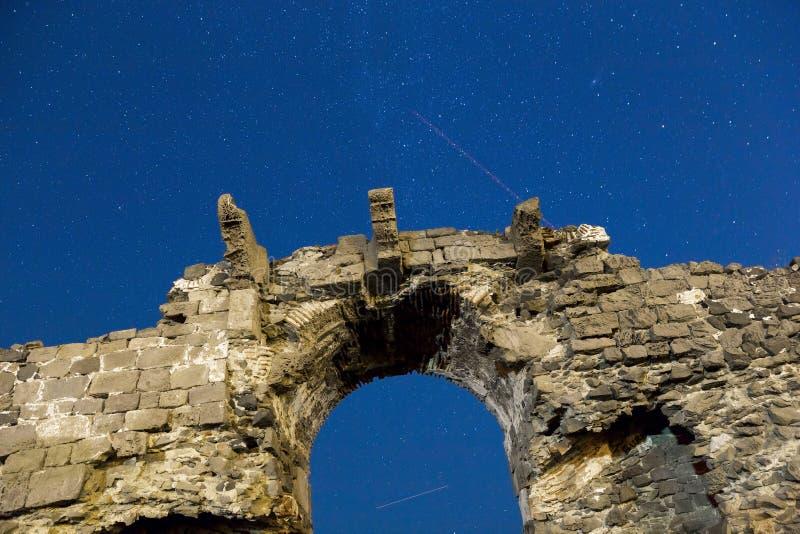 Den Perseid meteorregnet och den ljusa stjärnasikten med Rumeli Feneri rockerar väggar nära Istanbul fotografering för bildbyråer