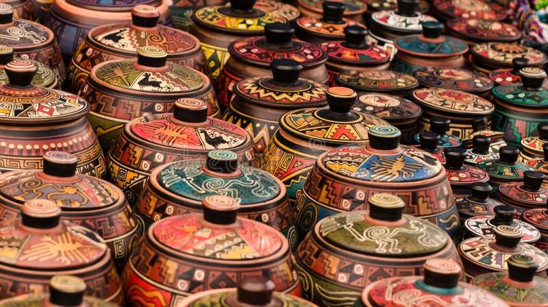 Den Peru liten stadmarknaden i Anderna shower returnerar gjorda handen målade portar som mycket är färgglade i rader arkivbilder