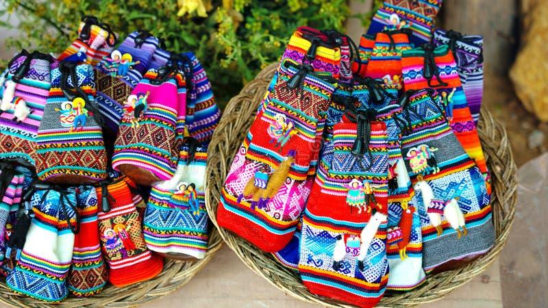 Den peruanska dockaförsäljningen i souvenir shoppar av Cusco, Peru handgjort royaltyfri foto