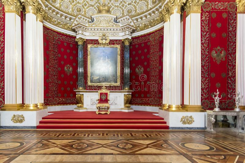 Den Peter The Great Hall Small biskopsstolen hyr rum tillståndseremitboningmuseet St Petersburg Ryssland arkivfoton