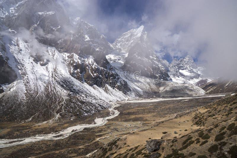 Den Pheriche dalen med Taboche och cholatse når en höjdpunkt i Nepal arkivbilder