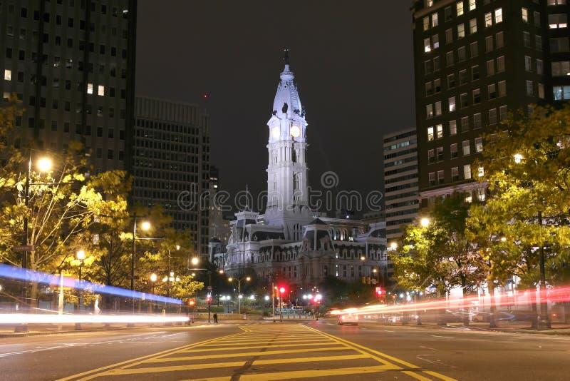 Den Philadelphia stadshusbyggnaden på natten royaltyfri bild