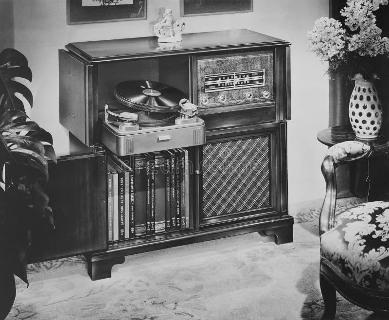 Den Philco radioskivspelaren med f.m. och FM radiosänder och skivtallriken, 1951 (alla visade personer inte är längre uppehälle,  royaltyfria bilder