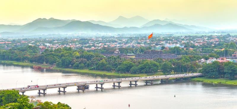 Den Phu Xuan bron förbinder doftfloden för båda sidor arkivfoto