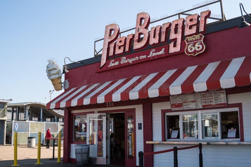 Den Pier Burger restaurangen är en populär snabbmat som äter middag etableringen på den berömda Santa Monica Pier på slutet av Ro royaltyfri foto