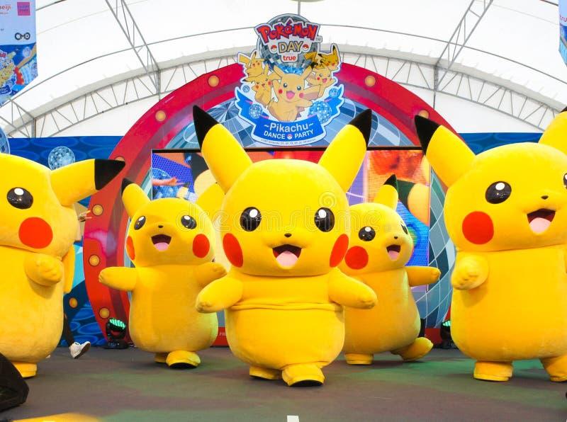 Den Pikachu maskot dansar på en etapp inom ett utomhus- tält på Siam Paragon, på den Pokemon daghändelsen som in organiseras för  royaltyfri foto