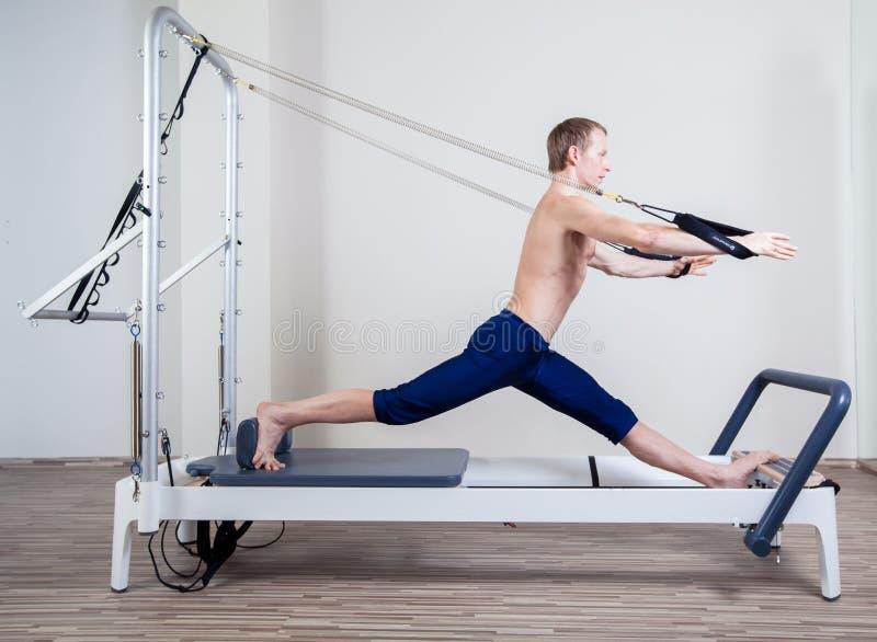 Den Pilates världsförbättraregenomköraren övar mannen på idrottshallen arkivfoton