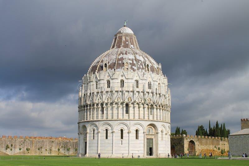 Den Pisa baptisteryen av St John Sikt från sydostliga Tuscany Italien royaltyfria bilder